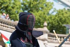 Kendo Fighter i traditionell kläder med bambusvärdet Arkivbilder