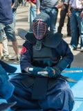Kendo Warrior em seus joelhos que luta na roupa tradicional e no B Fotos de Stock Royalty Free