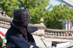 Kendo wojownik w Tradycyjnym Odziewa z Bambusowym kordzikiem Zdjęcia Stock