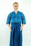 Kendoka - άτομο στα ενδύματα, το hakama και το σακάκι kendo Στούντιο που καλύπτονται στην άσπρη ανασκόπηση Στοκ Εικόνες