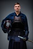 Kendoka с шлемом и shinai в руках Стоковая Фотография RF