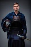 Kendoka med hjälmen och shinai räcker in Royaltyfri Fotografi