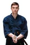 Kendoka w hakama utrzymaniach bokken Zdjęcia Royalty Free