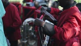 KENIA, KISUMU - 20 DE MAYO DE 2017: Opinión del primer el hombre africano, adolescente que se prepara para el concierto con el gr almacen de metraje de vídeo