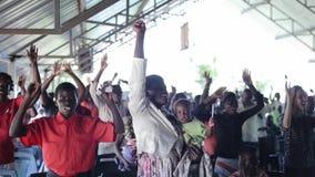KENIA, KISUMU - 20 MEI, 2017: Grote groep Afrikaanse en Kaukasische mensen, kinderen die samen dansen stock videobeelden