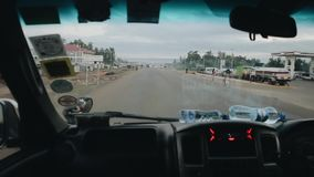 KENIA, KISUMU, 14 05 2018 Mening van binnenuit de auto door het windscherm Bestuurder het berijden door de landweg stock video