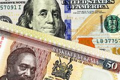 Kenijczyk pięćdziesiąt szylingów banknot z Amerykańskimi sto dolarowymi rachunkami zdjęcie stock