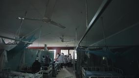 KENJA KISUMU, MAJ, - 20, 2017: Duży szpitalny pełny pacjenci Afrykańscy ludzie z dziećmi i lekarkami w białej todze zdjęcie wideo