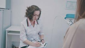 Kenmerkend, preventie van vrouwenziekten, gezondheidszorg, de medische dienst stock footage