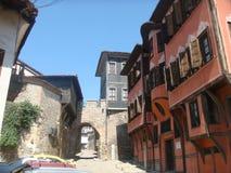 Kenmerkende weg van Plovdiv met zijn oude gekleurde huizen bulgarije stock foto's