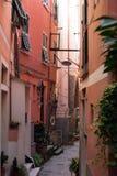 Kenmerkende zeer smalle straat van Vernazza één van de vijf steden van Ligurië stock afbeeldingen