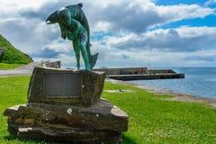 Kenn und die Lachsstatue in Dunbeath, Schottland Lizenzfreies Stockbild