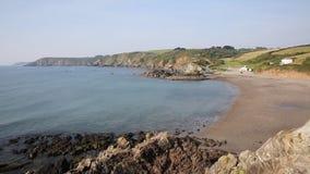Kennack enarena la playa Cornualles la costa Inglaterra del oeste del sur Reino Unido de la herencia del lagarto almacen de metraje de vídeo