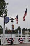 Kennebunkport, Maine, il 30 giugno: Bandiere degli Stati Uniti sul ponte da Kennebunkport nello stato di Maine di U.S.A. Fotografie Stock Libere da Diritti