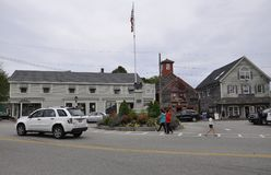 Kennebunkport, Maine, am 30. Juni: Fassbinder Corner Square mit Soldaten und Seemann-Monument von Kennebunkport von Maine-Staat v Stockbild