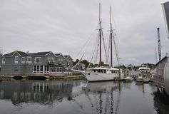 Kennebunkport, Maine, 30 Juni: Varende Boten in de Haven van Kennebunkport in Maine-staat van de V.S. Stock Afbeeldingen