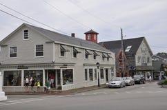 Kennebunkport Maine, 30th Juni: I stadens centrum historiska hus från Kennebunkport i det Maine tillståndet av USA Royaltyfria Bilder