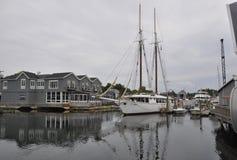 Kennebunkport Maine, 30th Juni: Segelbåtar i hamnen från Kennebunkport i det Maine tillståndet av USA arkivbilder