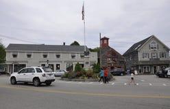 Kennebunkport Maine, 30th Juni: Tunnbindare Corner Square med soldater och sjömanmonumentet av Kennebunkport från det Maine tills Fotografering för Bildbyråer