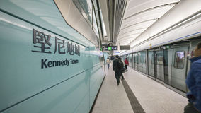 Kennedy Town Station Platform - förlängningen av ölinjen till det västra området, Hong Kong Royaltyfri Bild