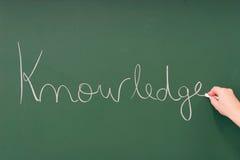 Kennis die op een bord wordt geschreven stock foto's