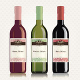 Kennsätze und Flaschen des roten, weißen und rosafarbenen Weins Stockfoto