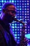 Kenny Garrett speelt altsaxofoon voor het grote LEIDENE scherm op stadium tijdens het festival OpenJazzFest Zelena Voda, Slo van  Stock Foto