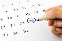 Kennzeichen auf dem Kalender bei 25. Stockfotografie