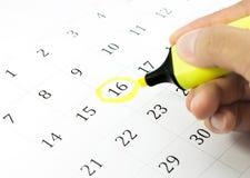 Kennzeichen auf dem Kalender bei 16. Stockfotos
