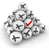 Kennzeichen eines Kontroll-Mark Ball Pyramids X positiv gegen negative Antwort Stockfotografie