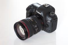 Kennzeichen IV Canon EOS 5D profesional DSLR Fotokamera auf weißem reflektierendem Hintergrund Stockfotos