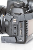 Kennzeichen IV Canon EOS 5D profesional DSLR Fotokamera auf weißem reflektierendem Hintergrund Lizenzfreie Stockbilder
