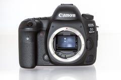 Kennzeichen IV Canon EOS 5D profesional DSLR Fotokamera auf weißem reflektierendem Hintergrund Lizenzfreie Stockfotos