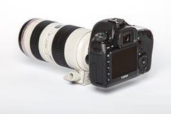Kennzeichen IV Canon EOS 5D profesional DSLR Fotokamera auf weißem reflektierendem Hintergrund Lizenzfreie Stockfotografie
