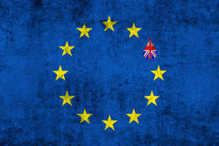 Kennzeichnen blaue EU Europäischer Gemeinschaft Brexit auf Schmutzbeschaffenheit mit Tropfen und Großbritannien-Flagge nach innen Lizenzfreie Stockfotos