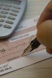 Kennzeichnen eines Checks Stockfoto