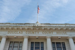 Kennzeichnen Sie das Fliegen über Douglas County Courthouse in Roseburg, Oregon lizenzfreies stockfoto