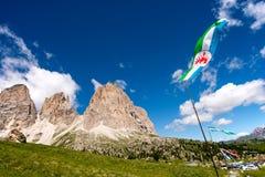 Kennzeichnen Sie Ladin nebeneinander von Sella in Val Gardena mit der Sella-Gruppe Stockfotografie