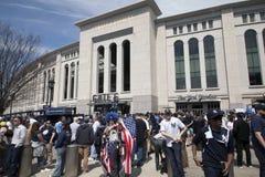 Kennzeichnen Sie Lenny Love- und Fanstand äußeres Yankee Stadium an tragen stockbild