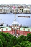 Kennzeichnen Sie Turm von Peter und von Paul Fortress und Wasserstand von Neva-Fluss in St Petersburg, Russland Stockfotografie