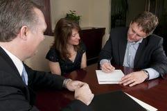 Kennzeichnender Vertrag des Mannes mit Frau und Rechtsanwalt Stockbilder