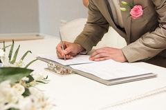 Kennzeichnendes Ehefähigkeitszeugnis des Bräutigams oder wedding Vertrag Stockfotos