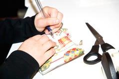 Kennzeichnung eines Geschenks/des Geschenkes Stockfotografie