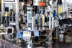 Kennzeichnungsgerät am modernen Weinkellereiabschluß Lizenzfreie Stockfotos