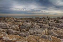 Kenosha, WI岩石海岸线在改变的天空下 库存图片