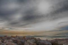 Kenosha, WI岩石海岸线在风雨如磐的天空下 免版税库存图片