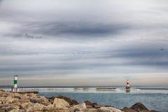 Kenosha WI Rocky Shoreline med den ljusa stationen på horisont Royaltyfria Bilder