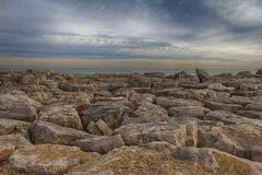 Kenosha WI Rocky Shoreline Under Changing Sky Fotografering för Bildbyråer