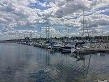 Kenosha Wisconsin/USA - 06-27-2017: Härlig himmel reflekterad in arkivfoto