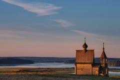 Kenozeromeer, het Nationale Park van Kenozersky Russische Traditionele Houten Kerkkapel van Sinterklaas op de Bovenkant Stock Afbeeldingen